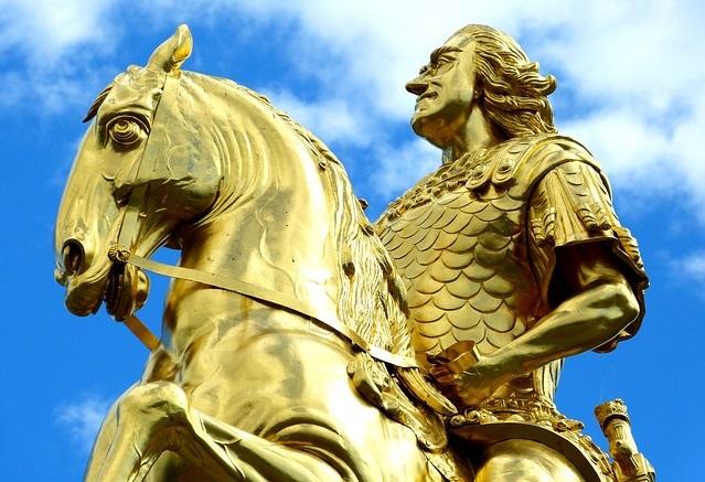 金色の騎士:成功するために行動する人のイメージ