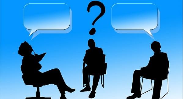 話し合う男のイラスト:「机上の空論」のイメージ