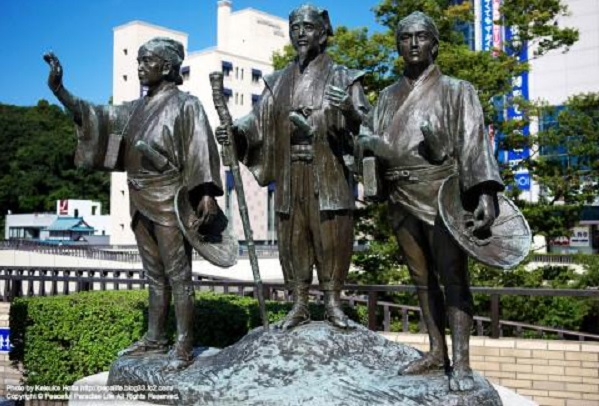 水戸光圀公の銅像・印籠・この紋所が:権威の例