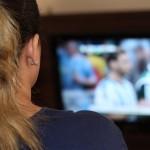TVを観る女性