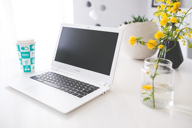 ノートパソコンの画像:ネットビジネスのイメージ