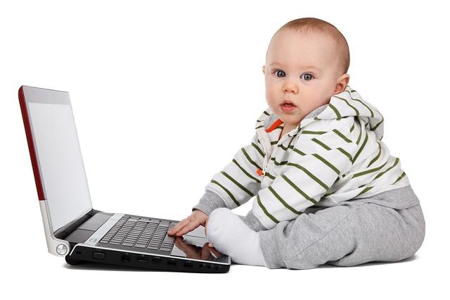 PCを使う赤ちゃん