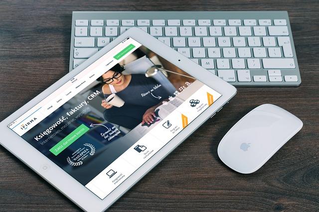 ネットビジネスのイメージ:PCに映る女性ビジネスマン