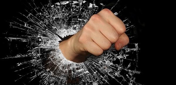 画像:仕事で矛盾・理不尽ばかり言う上司に対する怒り