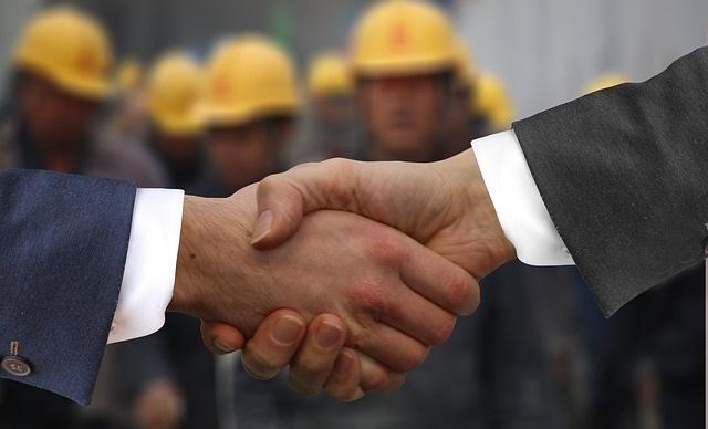 サラリーマン同士が握手している写真:感謝のイメージ