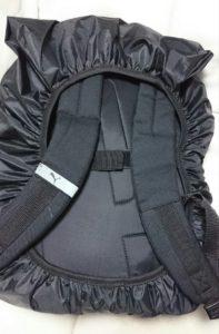 画像:ドッペルギャンガーの防水バッグカバーをリュックにかぶせた状態:裏