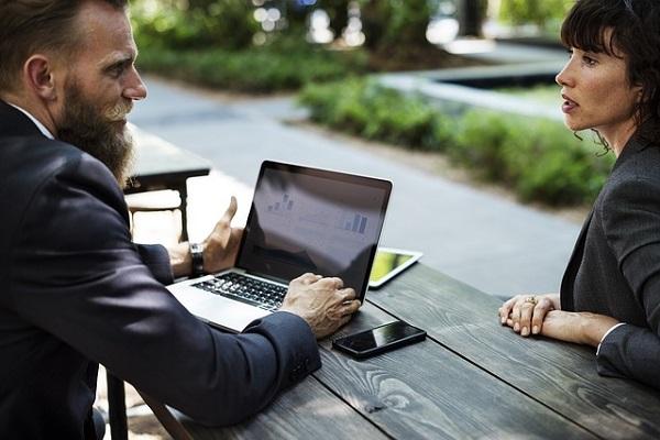 男女が話している写真:営業トークのコツ・テクニックのイメージ画像