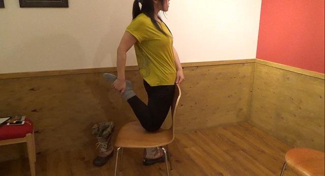 椅子ヨガ:椅子を使って膝を曲げる
