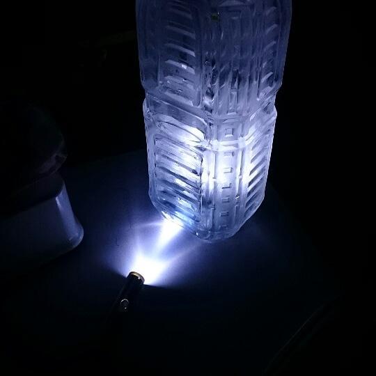 レーザーポイントを水の入ったペットボトルに当てて簡易ランタンを作った時の写真(撮影:teaching others管理人)