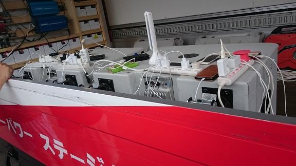 太陽光/蓄有限会社トミタの電池搭載ステージトラックで充電している所の写真